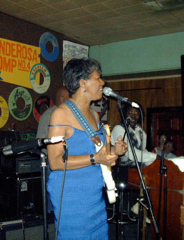 Barbara Lynn with Buckwheat Zydeco at the organ