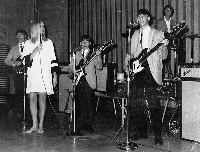 1966: Jim Wilson on rhythm guitar, Jayne Traynor, Don Thompson, Bob Thompson and Janet Sinclair on drums.